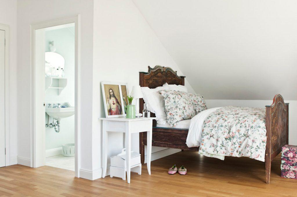 Schlafzimmer_bauernbett totale mit badezimmer