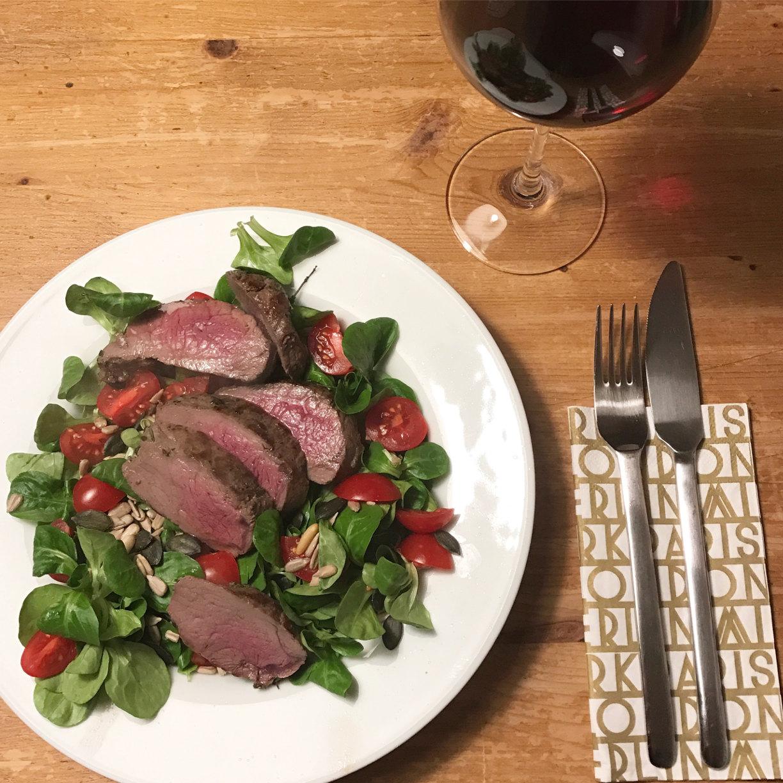 ordnung-glueck-salat-hirschsteak