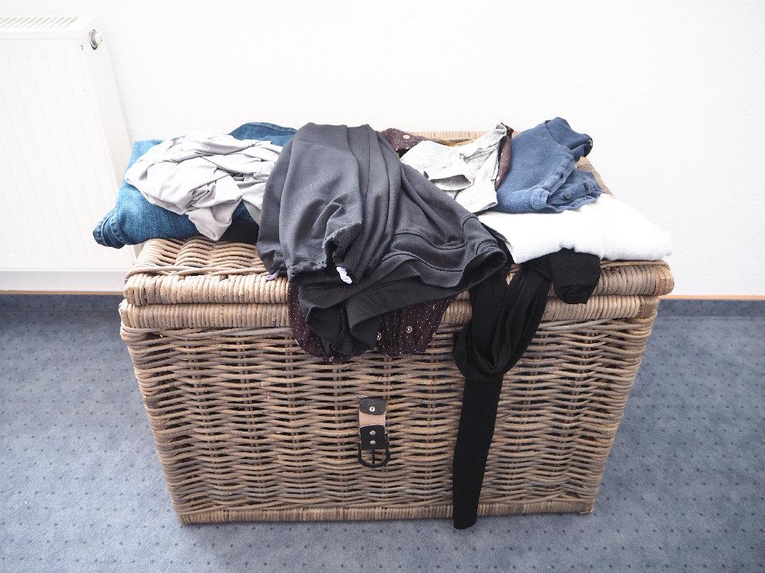 wohin mit getragenen klamotten und freien kleiderb geln. Black Bedroom Furniture Sets. Home Design Ideas