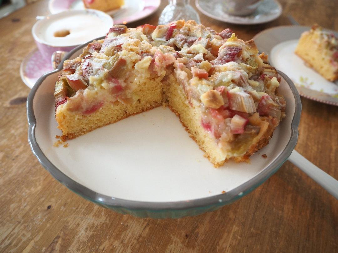 Rhabarberkuchen mit weißer Schokolade