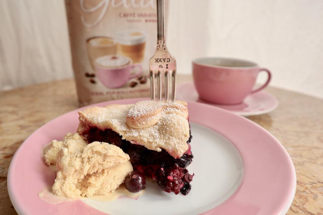 Brombeer-Heidelbeer-Pie mit Cappuccino-Eis